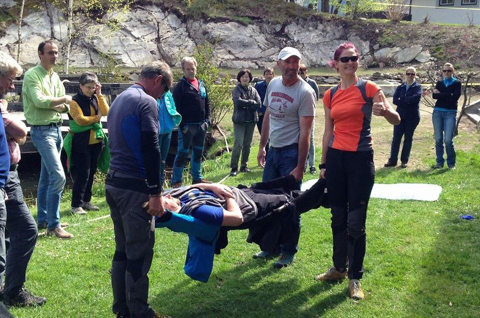 Bergwanderführer üben für den Notfall am Berg